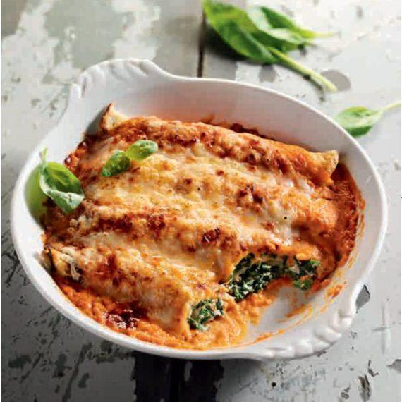 Überbackene Crespelle mit Ricotta-Spinat-Füllung in Tomaten-Sahne-Sauce