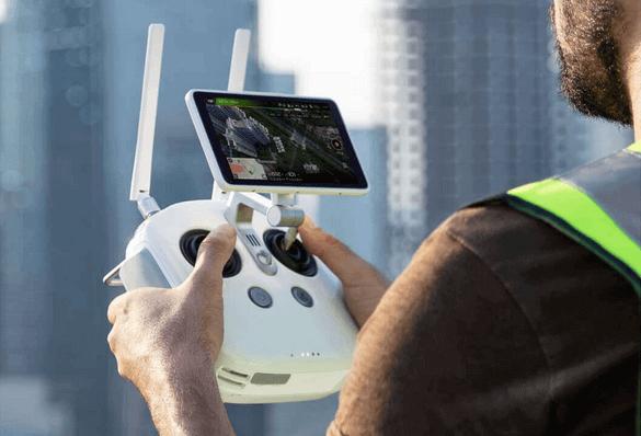 dron DJI Phantom 4 RTK widok kontrolera podczas obsługi przezoperatora