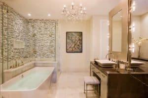 большая люстра в ванной комнате