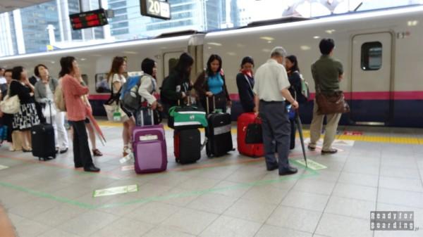 Japonia, oznaczenia kolejek do pociągów - to działa!