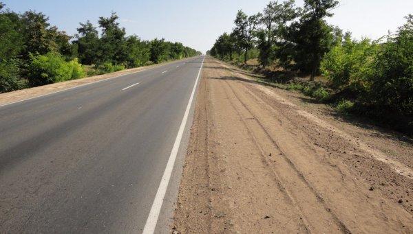 [По широкой обочине могут двигаться не только пешеходы, но и велосипедисты]-[Обустройство дорожных обочин по всем правилам] | информационный портал Заповнювачі]