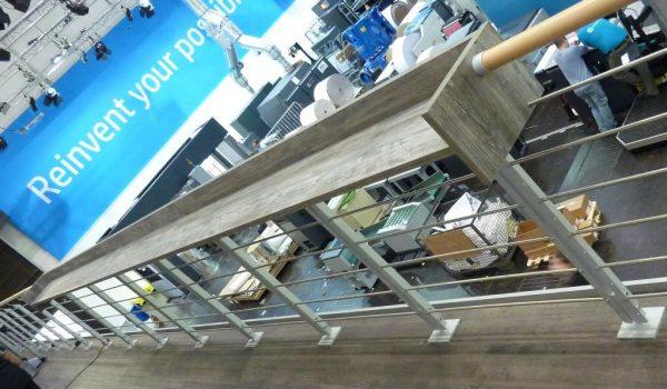 Brüstung Edelstahlstäbe Buche Handlauf mit Coffeeboard_Doppelstocksystem Messebau