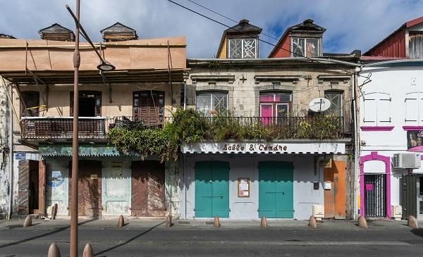 Facades des rues de Saint Pierre en Martinique