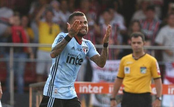 São Paulo jogou de camisa azul e Daniel Alves foi vaiado