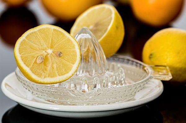 aclarar-el-pelo-con-reflejos-rubios-en-un-pelo-limon
