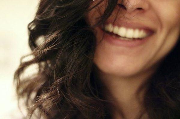 como-se-usa-el-champu-o-shampoo-en-seco-y-donde-comprarlo-mujer-sonrisa