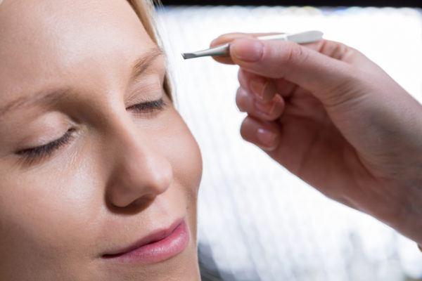 Como depilar cejas con pinzas