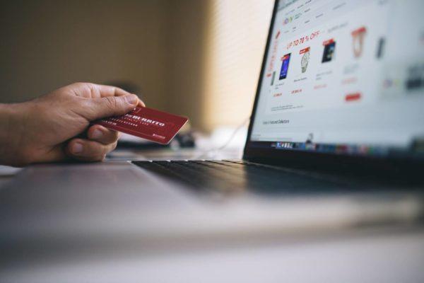 Mężczyzna robi tanie zakupy w internecie