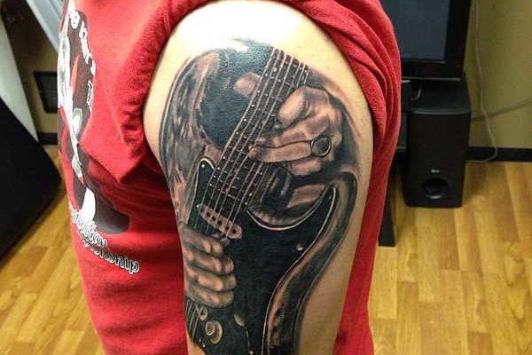 Гитара тату на плече
