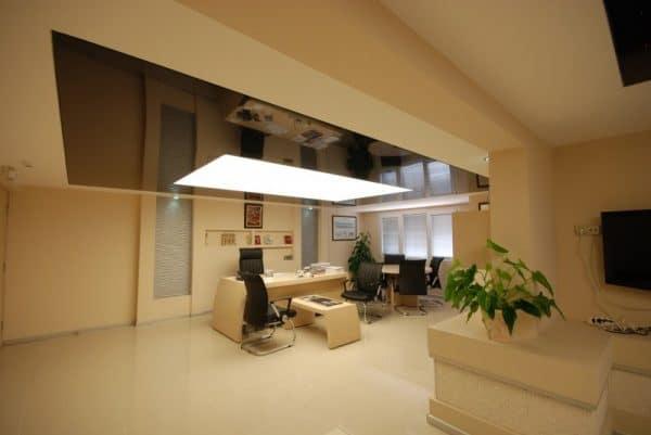 коричневый натяжной потолок в офисе
