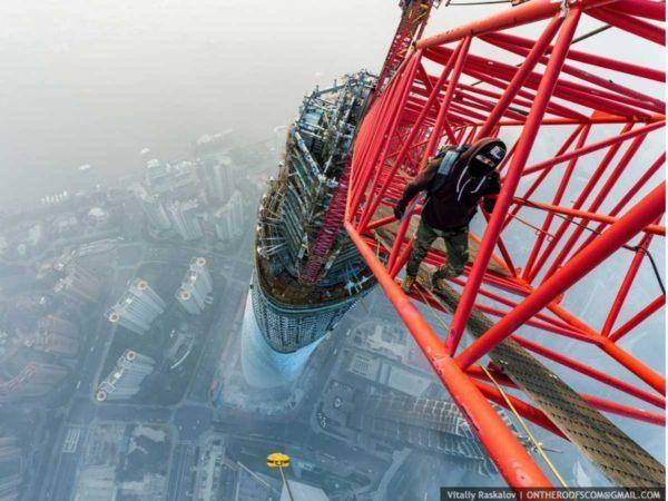 19-fotos-ilegales-y-espectaculares-de-los-monumentos-turisticos-mas-importantes-de-mundo-shangai-tower