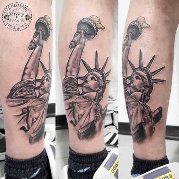Статуя Свободы тату на голени