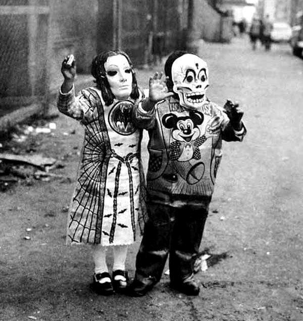 las-espeluznantes-fotos-de-disfraces-de-halloween-de-antes-niños-con-mascaras