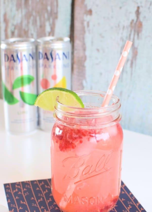 sparklinRaspberry Lemon Lime Mocktail via Pretty My Partyg-water-13