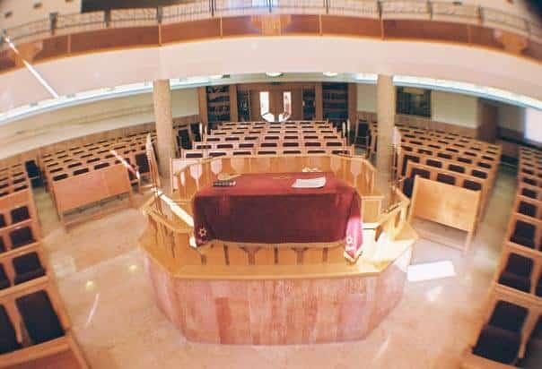 בית הכנסת פסגת מוריה בפסגת זאב- קשת רהיטי עץ ומתכת