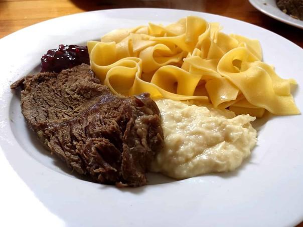 Fränkisches Hochzeitsessen - Rindfleisch (Tafelspitz), Meerrettich und Nudeln mit Preiselbeeren