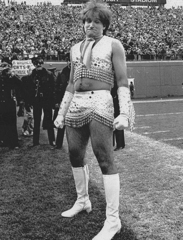 El actor cómico Robin Williams haciendo de animadora en un partido de la NFL