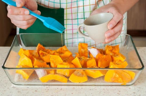 кусочки тыквы смазывают маслом