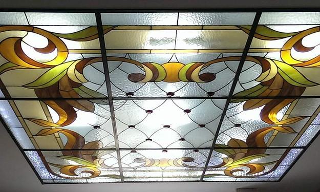 Такой потолок из стекла и ярким орнаментом смотрится прекрасно