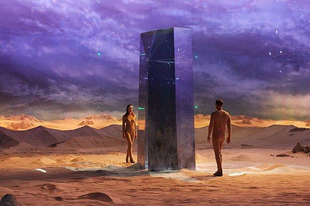 Visuel désert homme et femme ciel violet et Parfum Alien Man de Thierry Mugler