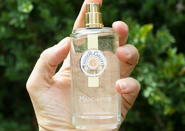 Mandarine Eau Fraîche Roger & Gallet dans une main