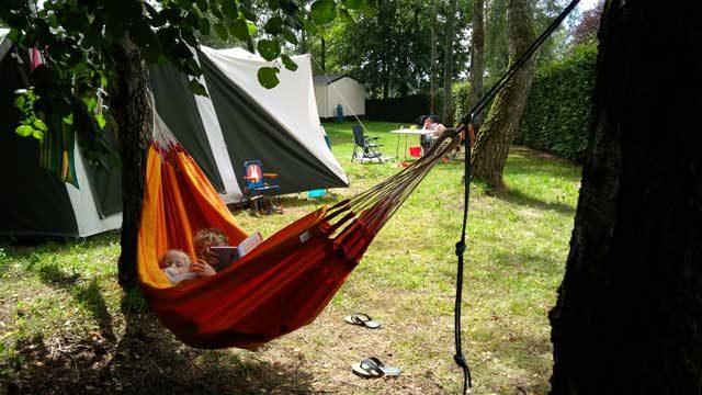 HANDIGE KAMPEERTIPS KAMPEREN MET KINDEREN  23 x cadeau voor kind dat graag buitenspeelt en kampeert