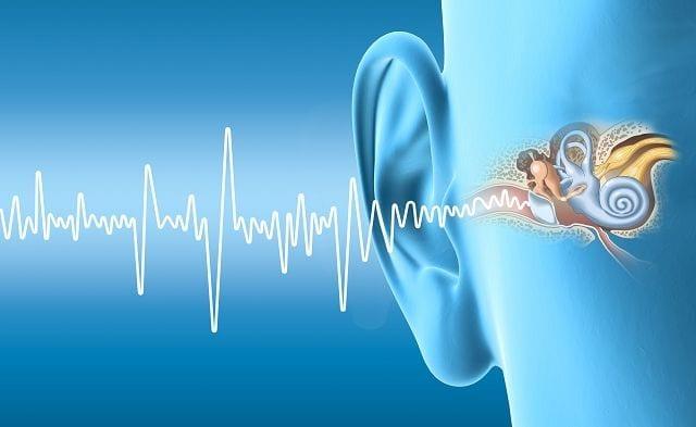 Ein Hörsturz ruft Symptome wie ein dumpfes Gefühl im Ohr, Ohrgeräusche bis hin zum Hörverlust hervor.