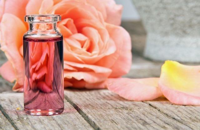 Das Rosenöl wird mittels Wasserdampfdestillation hergestellt. Um 1 kg Rosenöl herzustellen benötigt man 5000 kg an Blüten.