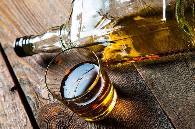 Alkohol erhöht die Ausscheidung von Kalzium, schädigt die Leber was die Vitmin D-Aufnahme reduziert und hemmt die Osteoblasten.
