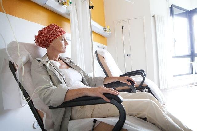 Die Chemotherapie wird meist bei bösartigen Tumoren eingesetzt und ist eine zentrale Säule bei der Behandlung von Krebserkrankungen. Dabei werden chemische Substanzen, sogenannten Chemotherapeutika oder Zytostika mittels Infusion, in Tablettenform verabreicht oder gespritzt.