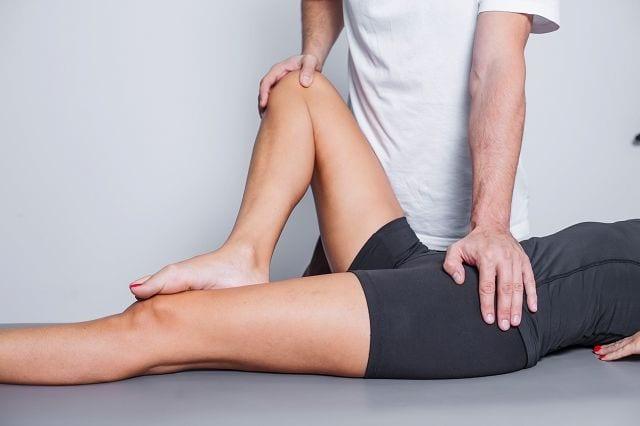Der Patrick-Test liefert Hinweise bei Schmerzen oder eingeschränkter Beweglichkeit ob das Iliosakralgelenk betroffen ist. Dabei wird das Bein angewinkelt und durch den behandelnden Arzt unter Fixierung der Hüfte seitlich nach unten gedrückt. Dieser Test erfolgt dann beidseitig.