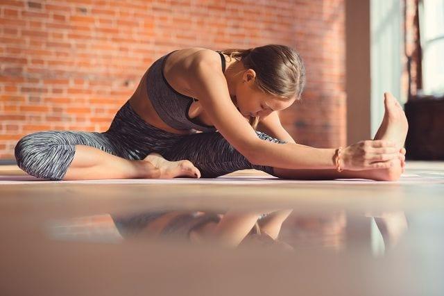 """Janushirshasana ist die einbeinige Vorwärtsbeuge. Sie wird auch """"Kopf-Knie-Stellung"""" genannt. Diese Stellung entlastet den unteren Rücken und entwickelt die Flexibilität in den Hüftgelenken."""