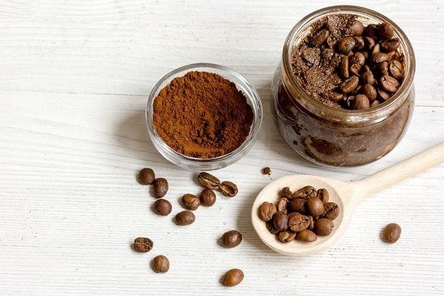 Kakaoöl wird entwender mittels Wasserdampfdetsillation oder Lösungsmittelextraktion gewonnen.