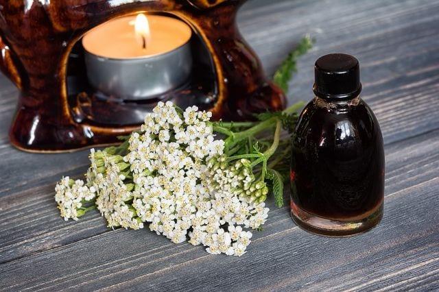 Besonders bei stressbedingten Beschwerden wirkt es in der Duftlampe ausgleichend und beruhigend.