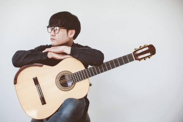 Une guitare et un joueur
