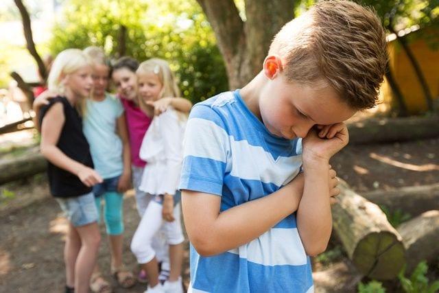 Mobbing bei Kindern führt zu psychischen Stress und kann zu verschiedenen Symptomen führen.