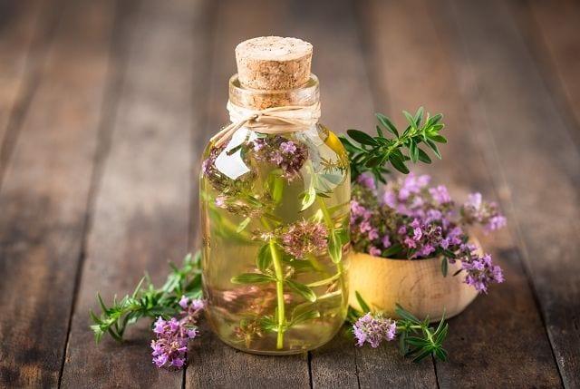 Das aus unterschiedlichen Arten gewonnene Thymianöl ist sehr beliebt bei Erkältungen. Es wird aber auch gerne in der Küche verwendet. Je nach Chemotyp ist die Art der therapeutischen Anwendung unterschiedlich.