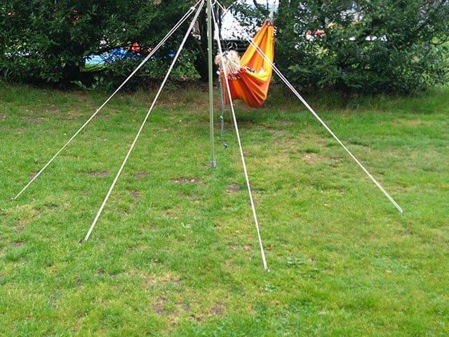 HANDIGE KAMPEERTIPS KAMPEERHACKS KAMPEERUITRUSTING  Hangmat ophangen zonder boom op de camping, zo doe je dat!