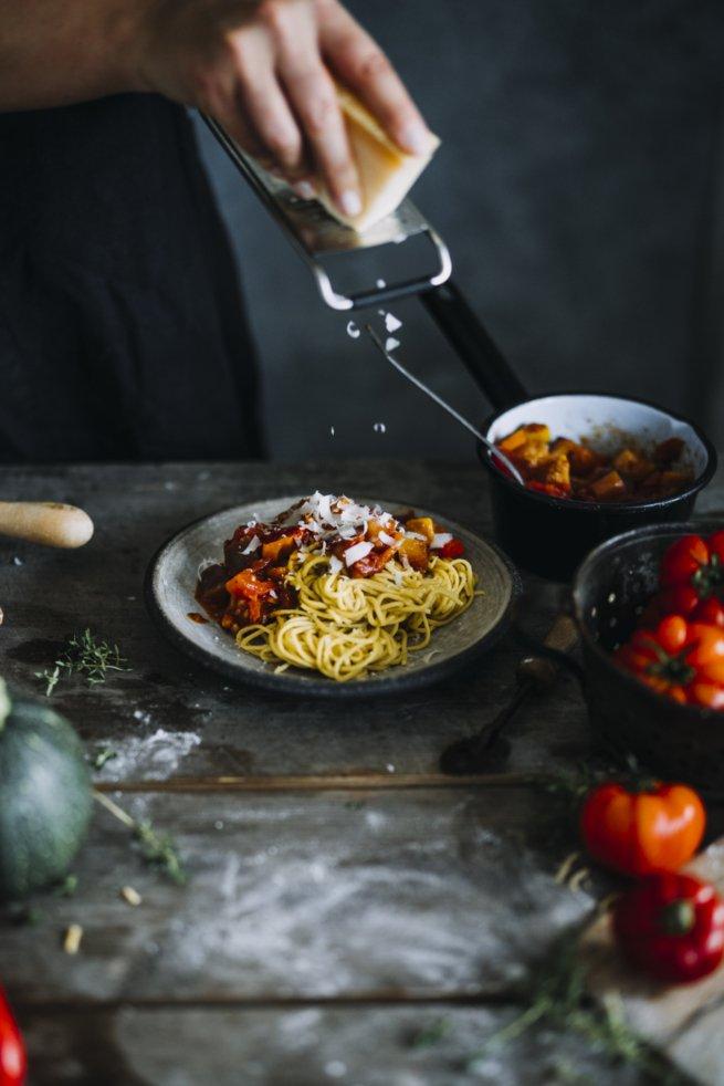 Selbstgemachte Pasta ist einfach lecker. Hier mit Ratatouille Sauce.