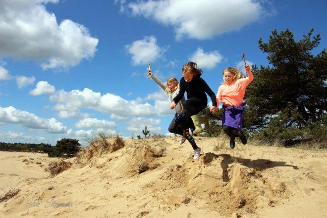 Kinderen springen op Aekingerzand - Fotograaf Hilde Steensma