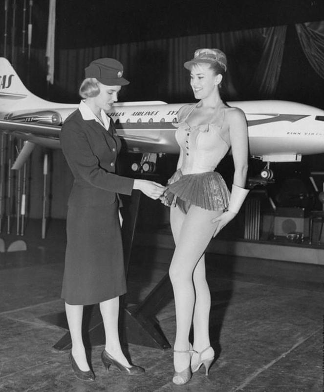 Inspección de traje de azafata demasiado sexy para aerolineas escandinavas en 1958