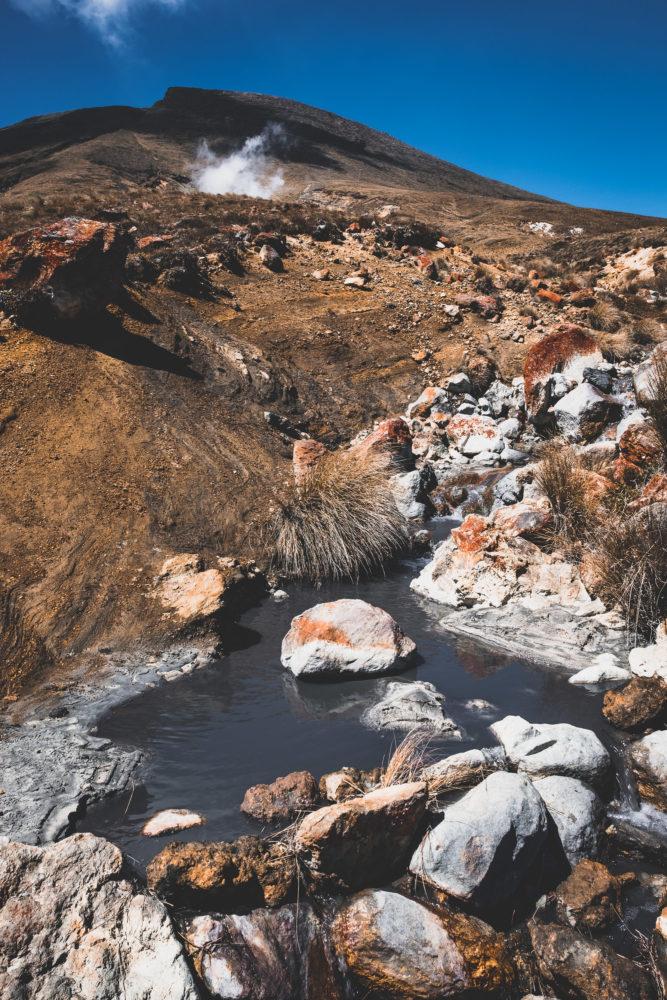Grauer Fluss im kargen Gebirge