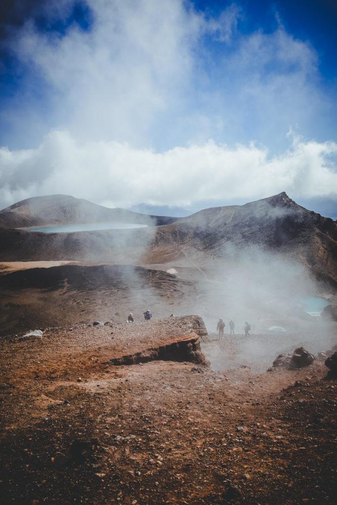 Wanderer steigen durch Nebel zu den Emerald Lakes hinab