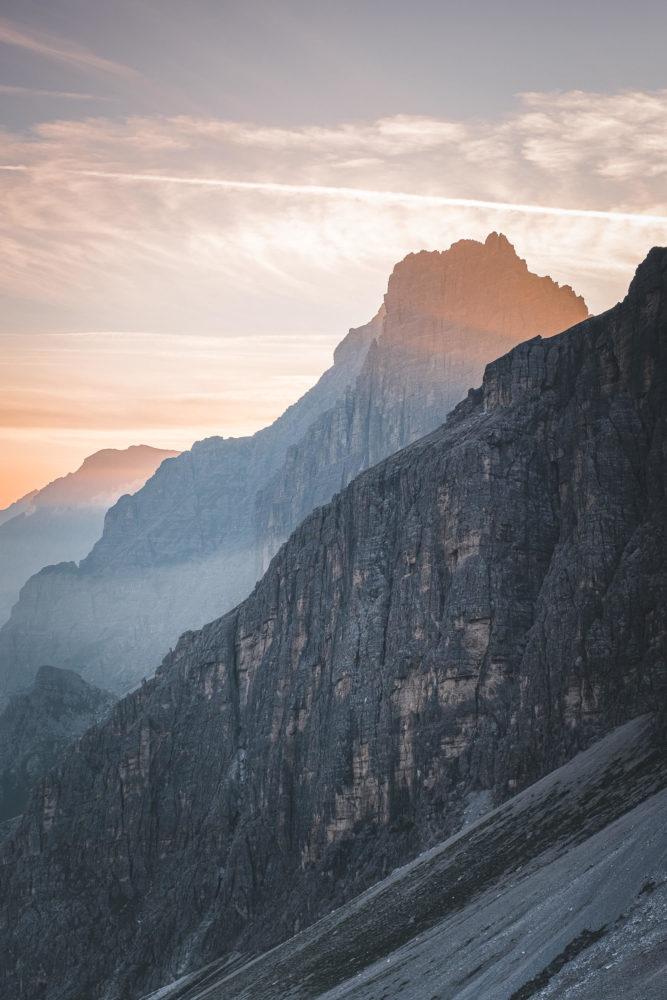 Sonnenaufgang hinter der Kalkwand auf dem Stubaier Höhenweg