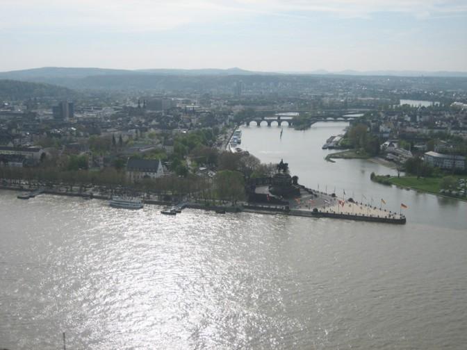 Blick von der Festung Ehrenbreitstein aufs Deutsche Eck in Koblenz. / Foto: Burgerbe.de