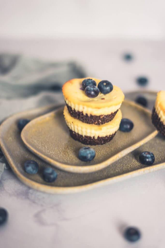 Low Carb Käsekuchen-Muffins mit Schokoboden