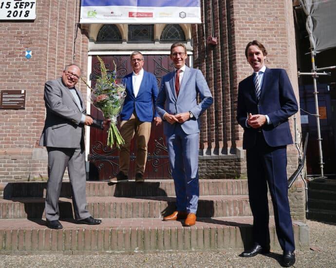 Pastoor Eugène Jongerden van de Urbanuskerk, Ad Verkleij (vicevoorzitter R.K. Amstelland) burgemeester Tjapko Poppens en wethouder Herbert Raat (monumenten).
