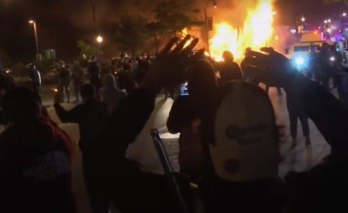 В США начались стихийные акции протеста со стычками с полицей и нацгвардией фото