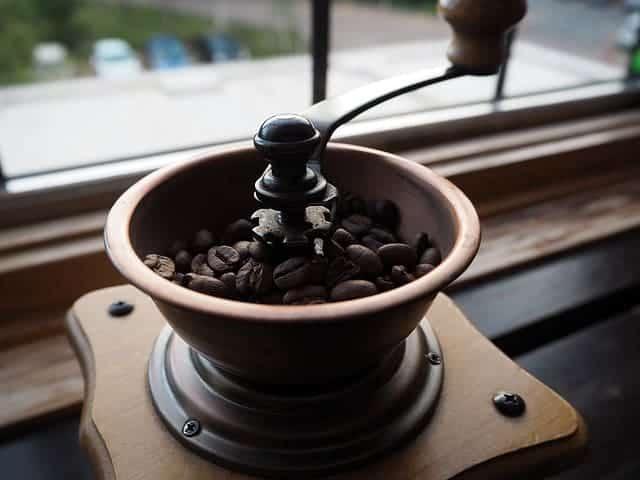 chicchi di caffè nel macinino