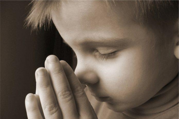 copil-se-roaga-rugaciune
